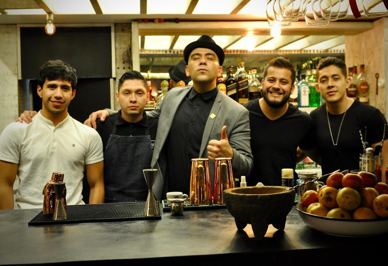 Mixólogo de clase mundial, Joshua Monaghan de FiftyMils y nuestro equipo de barra House Restaurante