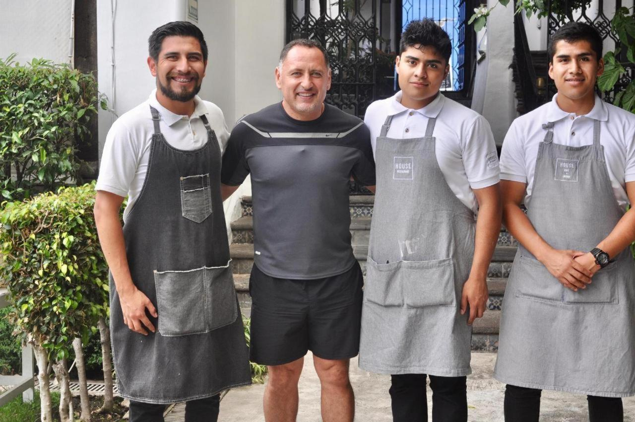 German Villa, the soccer mega-star and ex-member of the Mexican National Team, stops by House to enjoy a healthy and delicious Breakfast and build a barrier with the members of our Team House!