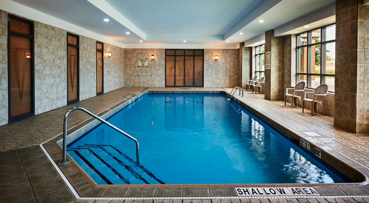 HolidayInn_Oakville_Pool2.jpg