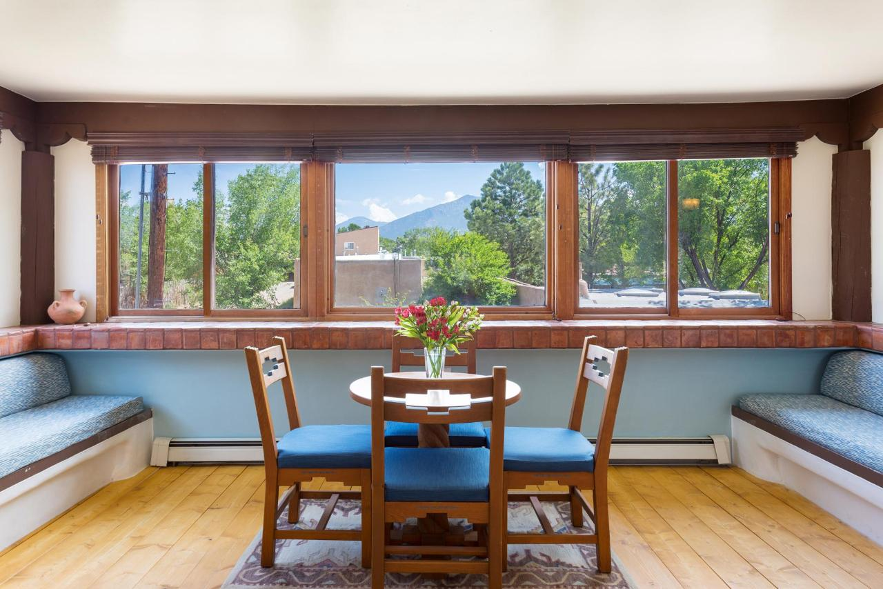Carey's Deluxe Studio Dining Area with Mountain Views