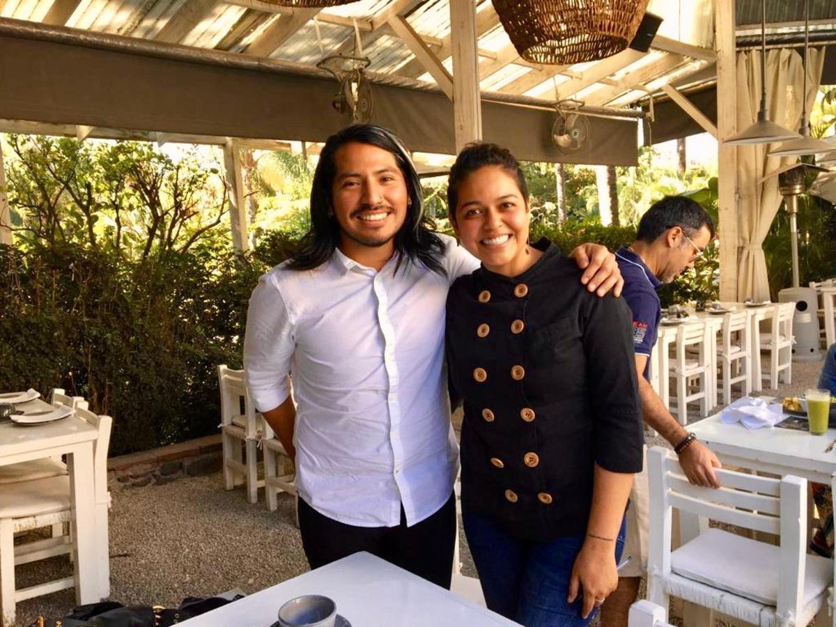 La chef Ana Karina Rodríguez le da la bienvenida al chef Álvaro Vásquez a House Restaurante en  Cuernavaca para relajarse después de concluir el magnífico evento Dinner In The Sky en CDMX..jpg