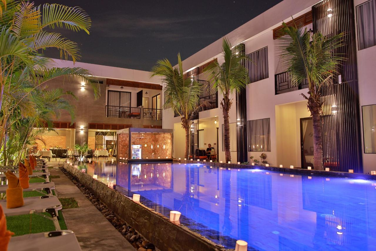 poolview_wit_moon_1_edited.jpg