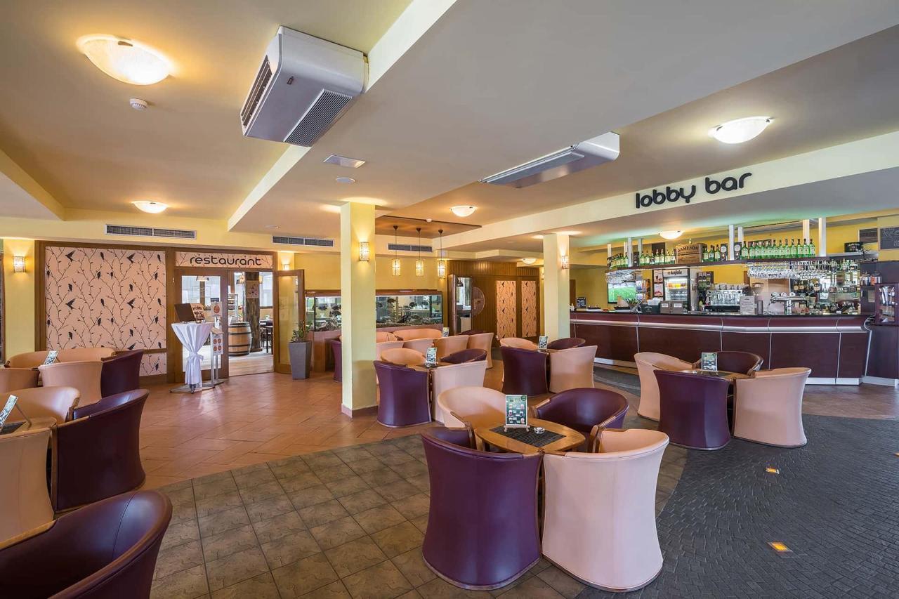 Holiday Village Tatralandia Lobby bar.jpg