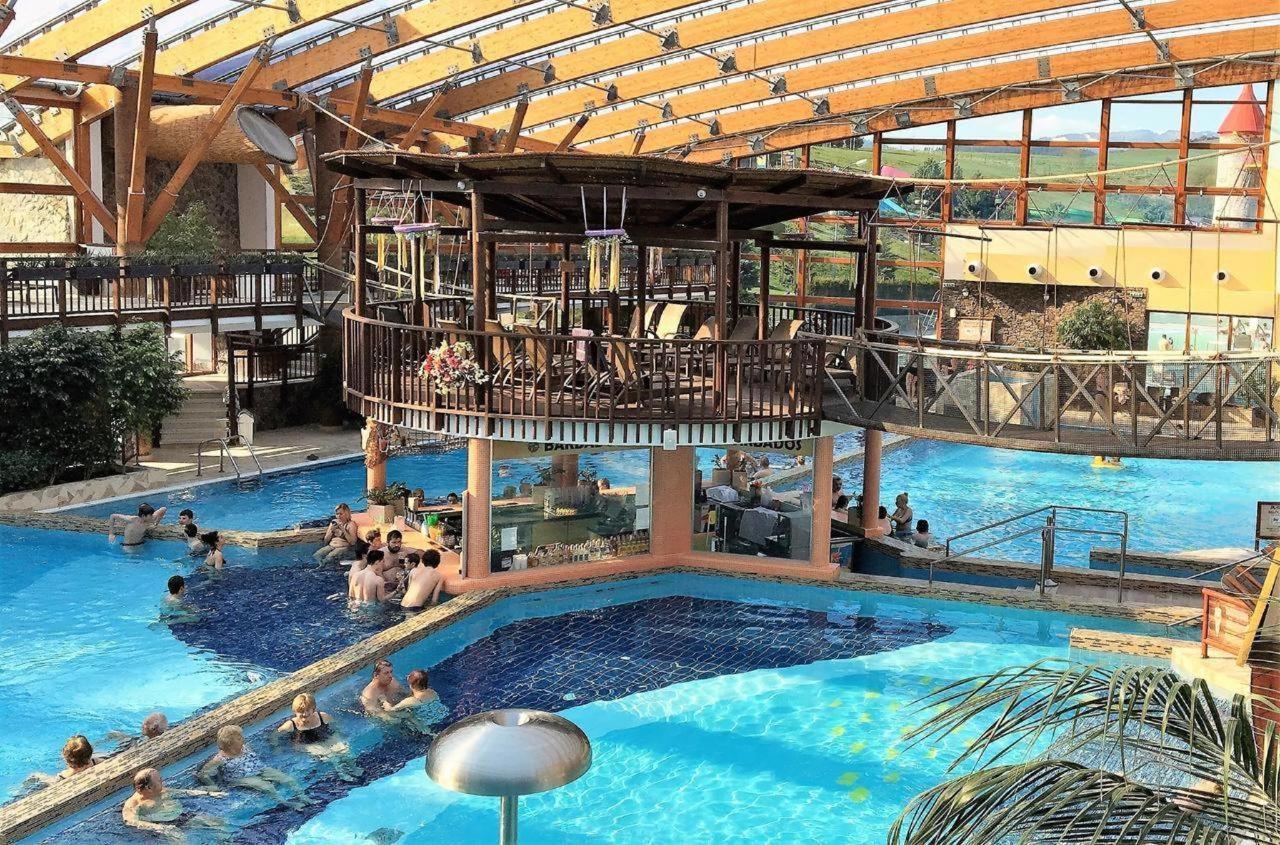 Tatralandia vnútorný bazén.jpg